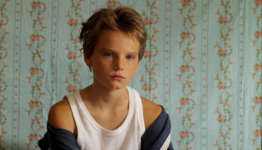 Laure (Zoé Héran) se fait passer pour un garçon auprès des autres enfants de son nouveau quartier.