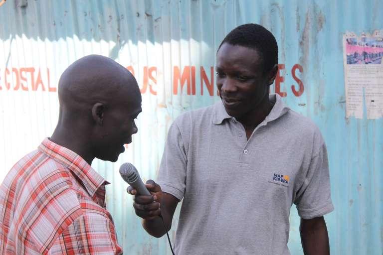 Joshua Ogure, à la recherche de témoignages dans les rue de Kibera, pour alimenter la chaîne en ligne Kibera News Network.