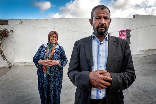 Majid Bechahed et sa femme Salouha devant leur maison de Jouaouda,  à 70 km de Tunis. Comme 4 000 jeunes Tunisiens, leur fils Ahmed est parti en Syrie. Il y est emprisonné depuis trois ans.