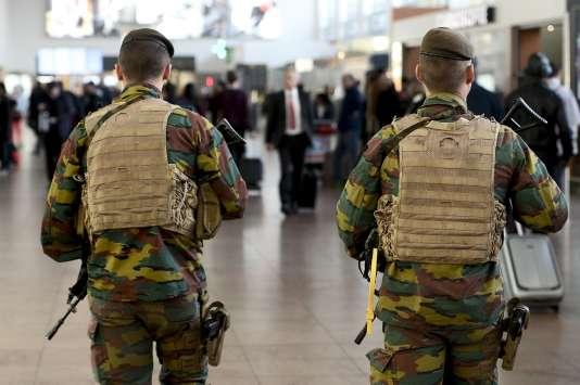 Des militaires patrouillent dans l'aéroport de Bruxelles, le 18 novembre.