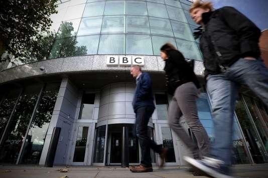 « La BBC fait tout ce qu'elle peut pour minimiser l'impact sur le public (…). Mais des coupes dans les budgets des programmes et des services sont inévitables », a déclaré Tony Hall, le directeur général du premier groupe audiovisuel public du monde