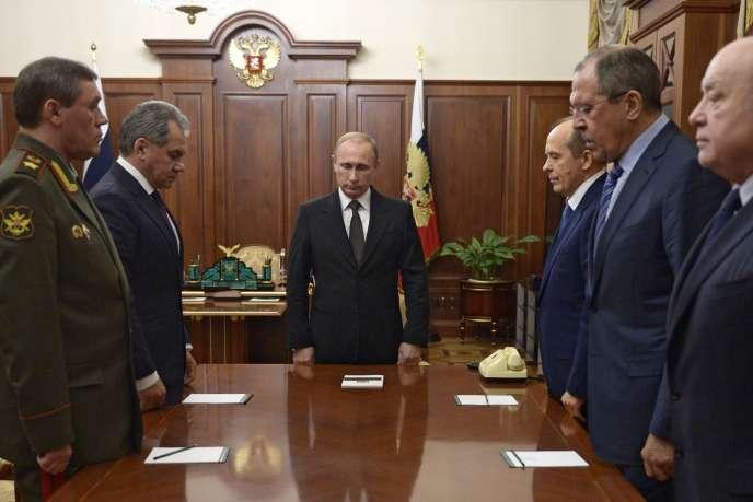 Vladimir Poutine observe une minute de silence avant une réunion au Kremlin, le 17novembre, consacrée à l'A321 de Metrojet victime d'un attentat au-dessus du Sinaï le 31 octobre.