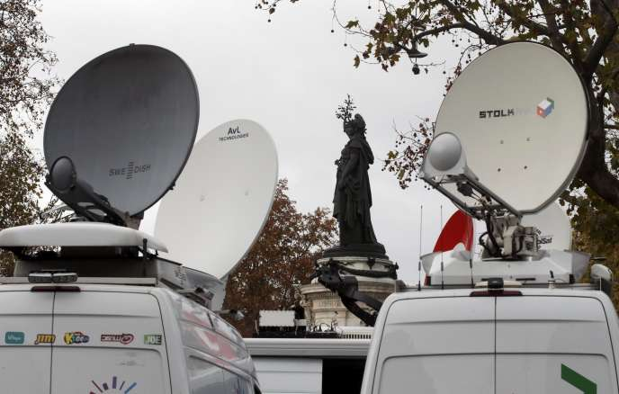 Des paraboles de transmission de camions de télévisions à Paris le 16 novembre 2015.