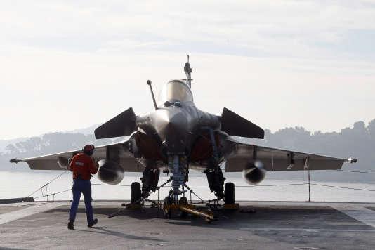 """Un avion Rafale sur le porte-avions """"Charles-de-Gaulle"""", le 18 novembre 2015 à Toulon."""
