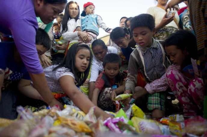 Des réfugiés ayant fui les combats entre le gouvernement birman et les groupes armés Shan, à Taunggyi (Birmanie), le 17 novembre.