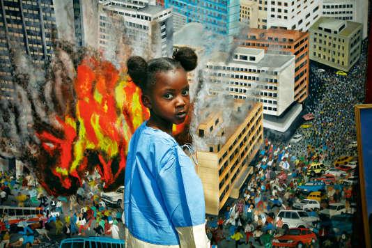 Dix ans après les faits, Rose Atu, 5 ans, pose devant un tableau représentant l'attentat contre l'ambassade américaine à Nairobi le 7 août 1998.