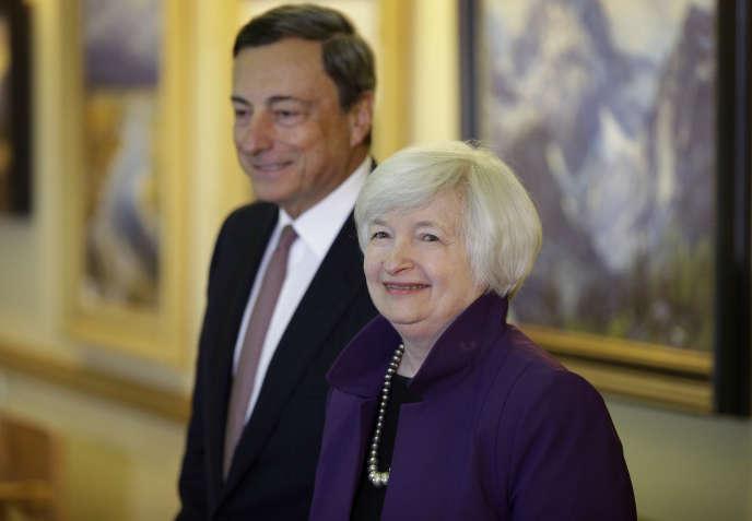 «Les banques centrales ont essayé, depuis la crise, de ramener le taux d'intérêt monétaire vers le niveau très bas du taux d'intérêt naturel, proche de zéro, voire en dessous. Mais cela n'a pas suffi à écarter le risque de déflation et à faire repartir l'investissement». (Photo : La présidente de la Réserve fédérale américaine (Fed) et le président de la Banque centrale européenne (BCE) Mario Draghi, à Jackson (Wyoming), en août 2014).