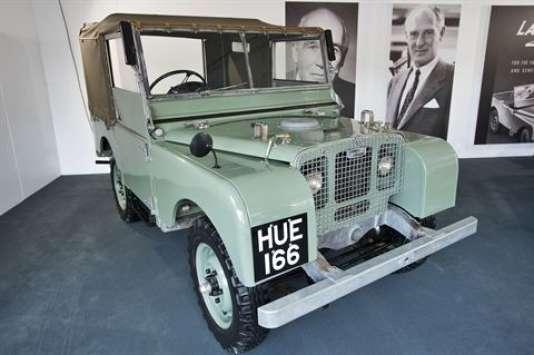 Le Land Rover d'origine. Derrière, la photo de ses deux créateurs; les frères Spencer et Maurice Wilks.