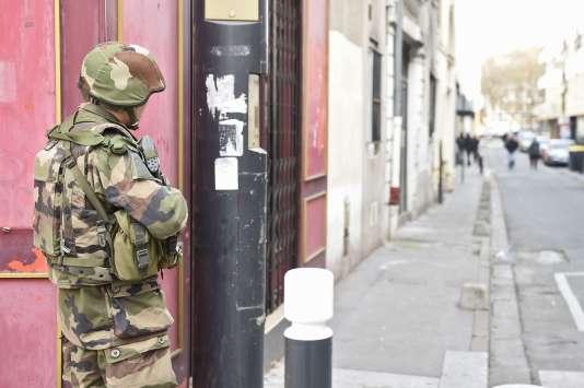 Des soldats dans le centre de Saint-Denis, le 18 novembre 2015, où l'intervention du RAID entraîna la mort du terroriste Abdelhamid Abaaoud et de sa cousine Hasna Aït Boulahcen.