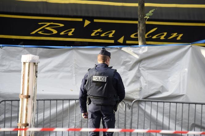 Un policier devant le Bataclan, mercredi 18 janvier.