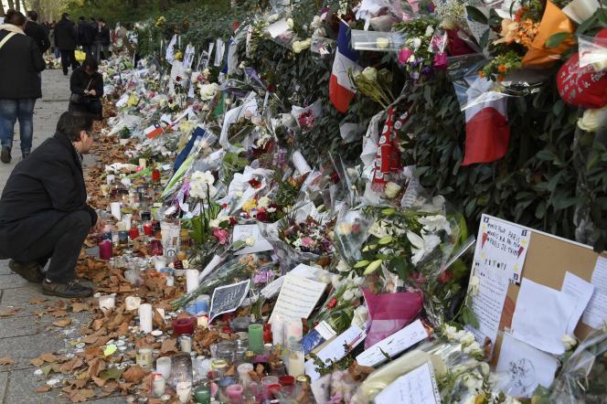 Hommage aux victimes, à proximité du Bataclan, le 18 novembre.