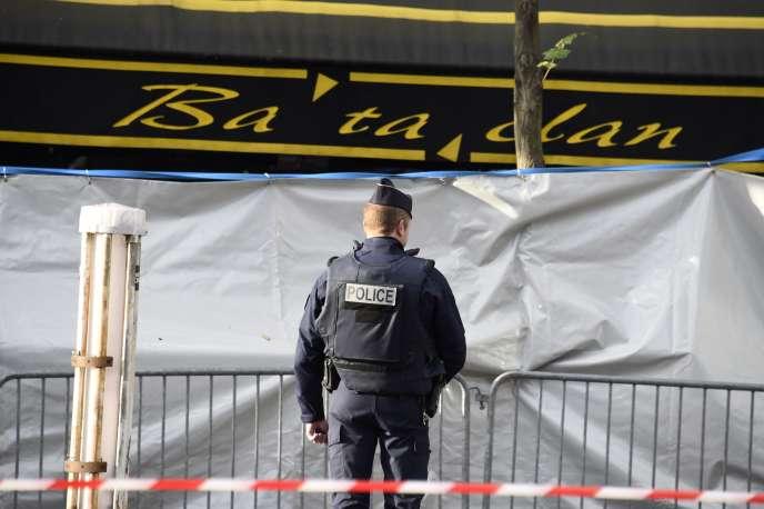 Un policier devant le Bataclan, le 18 novembre 2015, quelques jours après l'attentat.