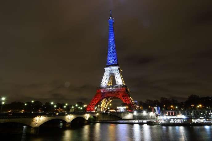 La tour Eiffel aux couleurs du drapeau français le 17 novembre 2015 à Paris.