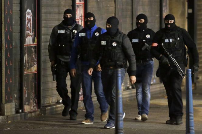Des policiers à Saint-Denis le 18 novembre 2015.