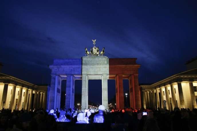 La porte de Brandebourg, à Berlin, parée de bleu, de blanc et de rouge enhommage aux victimes des attentats àParis.