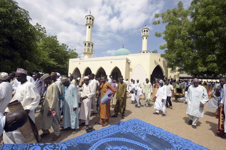 Devant une mosquée Yola, au Nigeria, en juin.
