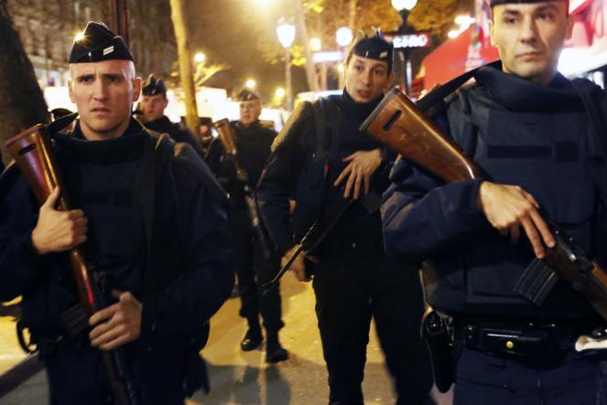 Des policiers patrouillent près de la place de la République à Paris le 15 novembre 2015.