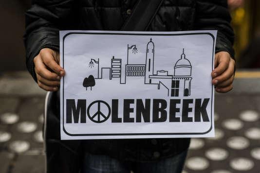 La commune de Molenbeek lance un appel à un rassemblement contre la haine sur la place communale en hommage aux victimes des attentats de Paris.