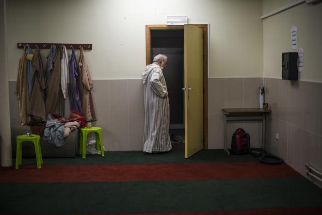 L'imam Abdel Hadi Hassani dans une salle de prière de la mosquée Attadamoune dans le quartier des Etangs Noirs à Molenbeek.