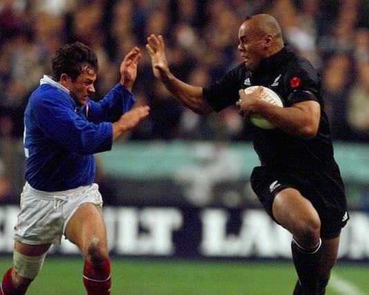 Le français Frank Comba à la poursuite de Jonah Lomu au Stade de France, en novembre 2000.