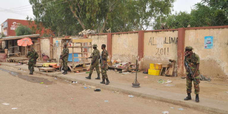 Des soldats nigérians près du marché de Kano, dans le Nord du Nigéria, où deux adolescentes viennent de commettre un attentat suicide, le 18 novembre.