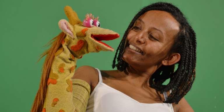 Bruktawit Tigabu et sa marionnette Tsehai.