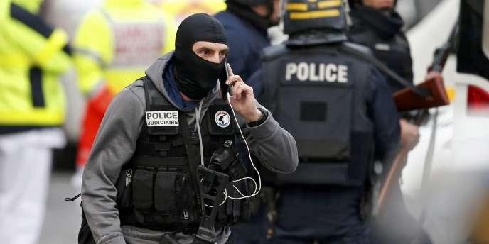 Un membre de la police judiciaire lors du raid de Saint-Denis, le 18 novembre.