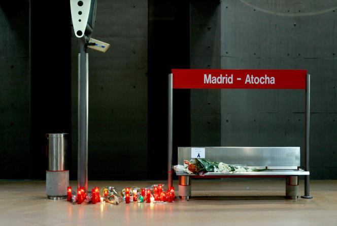 A la gare d'Atocha, à Madrid, des bougies en hommage aux victimes des attentats du 11 mars 2004.