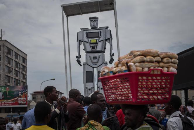 Depuis mars 2015, un gigantesque robot surplombe le rond-point Victoire, à Kinshasa, pour réguler la circulation automobile.