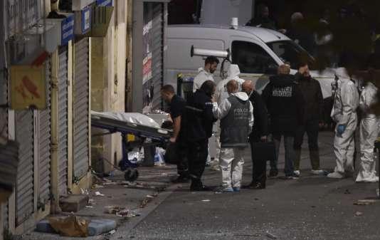 Le corps d'une des deux personnes tuées dans l'assaut, mercredi 18 novembre à Saint-Denis.