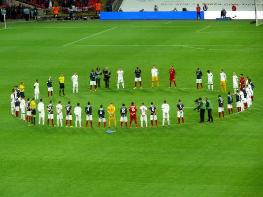 Recueillement avant le match amical France-Angleterre au stade de Wembley, le 17 novembre 2015, quatre jours après les attentats terroristes perpétrés à Paris.