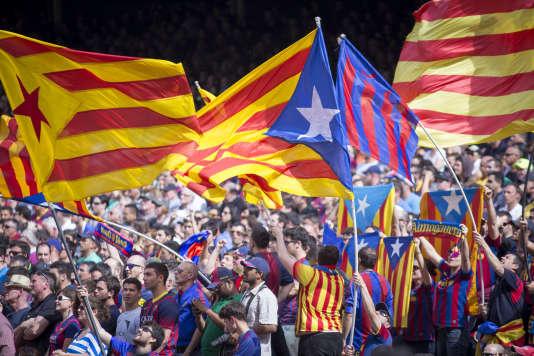 Les supporteurs du Barca, ici en avril 2015, déploient régulièrement les «esteladas», le drapeau indépendantiste catalan.