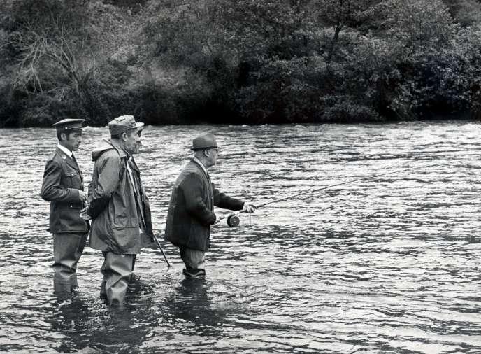 Le dictateur espagnol Francisco Franco lors d'une partie de pêche, en mai 1971.