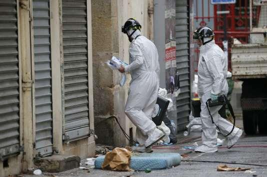 La police scientifique travaille sur la scène de l'assaut donné par le RAID contre l'appartement de Saint-Denis où se trouvait Abdelhamid Abaaoud.