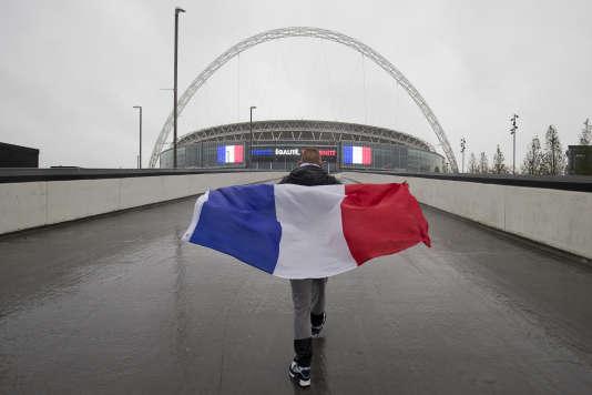 Un fan des Bleus avant le match contre l'Angleterre, à Wembley, le 17 novembre.