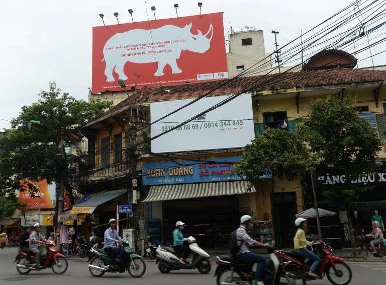 """En 2014, à Hanoi, capitale du Vietnam, une campagne de sensibilisation contre le trafic d'ivoire et ses vertus médicinales supposées. L'affiche dit : """"Les cornes de rhinocéros sont juste comme celles des vaches, et comme les ongles et les cheveux humains : ne gaspillez pas votre argent !"""""""