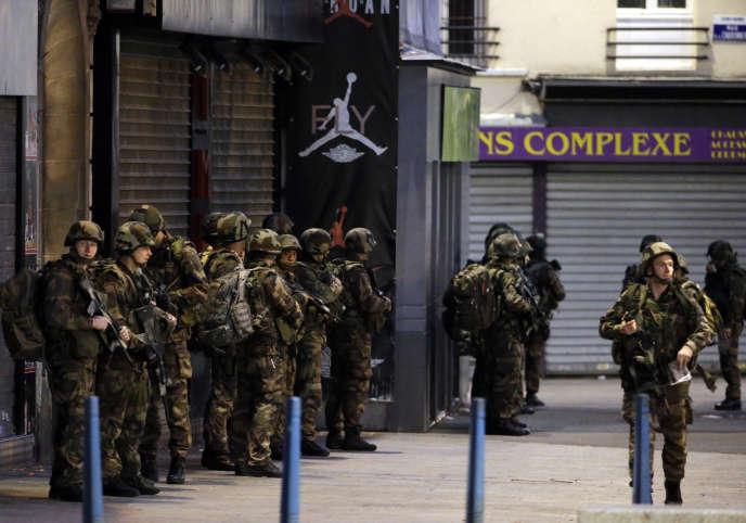 L'armée a pris position à Saint-Denis durant l'assaut de la rue Corbillon,  mercredi 18 novembre.