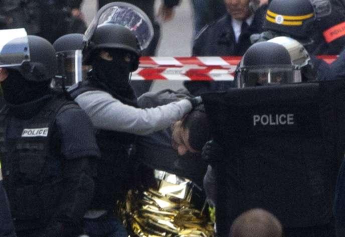 Interpellation d'un des suspects par la police, mercredi 18 novembre à Saint-Denis.