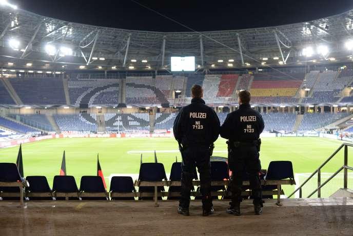 Des policiers dans le stade d'Hanovre après l'annulation du match de football entre l'Allemagne et les Pays-Bas, le 17 novembre.