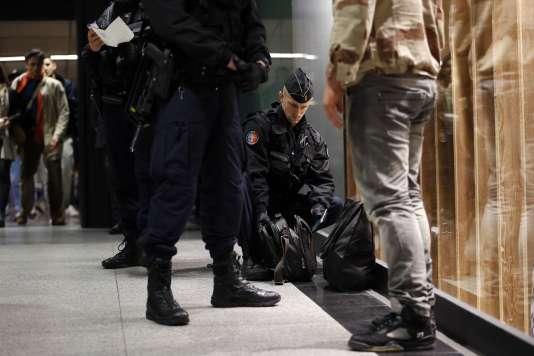 Des gendarmes fouillent un sac, dans une station de métro à Paris, le 19 novembre.