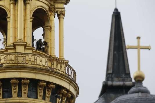 Des forces de sécurité déployées dans le dôme des Invalides à Paris le 27 novembre lors de l'hommage de la nation aux victimes des attentats de Paris et Saint-Denis.