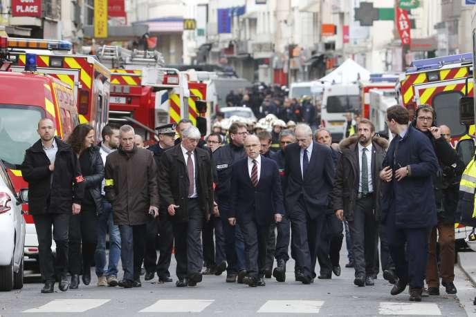 Le ministre de l'intérieur, Bernard Cazeneuve, arrive à Saint-Denis, sur les lieux où a été donné l'assaut policier, mercredi 18 novembre.