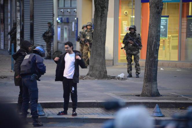 Des policiers et des militaires sécurisent le quartier de la Rue de La République à Saint Denis le 18 novembre 2015 après que les forces de l'ordre aient donné l'assaut contre un immeuble abritant les terroristes.