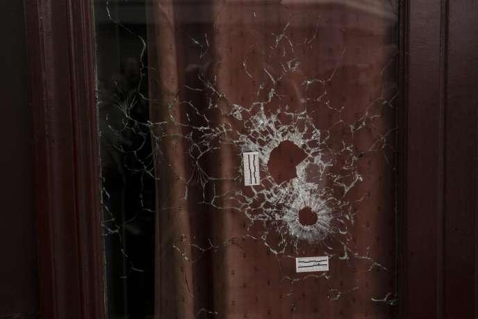 Impacts de balles dans une vitre du bar Le Carillon, rue Alibert (Paris10e), au lendemain des attentats du 13 novembre.
