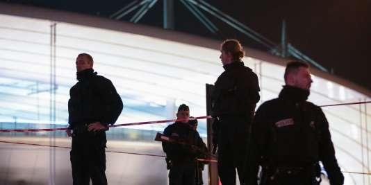 Des policiers aux abords du Stade de France, le 13novembre.