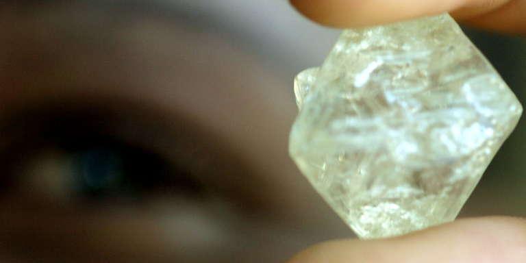 Une pièce de diamant brut en cours d'évaluation à Gaborone, au Botswana, août 2004.