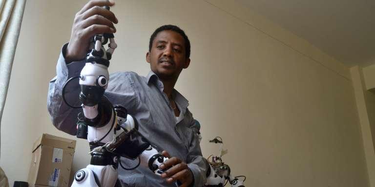 A Addis Abeba, le co-créateur d'iCog Labs, Getnet Aseffa, présente l'un des robots de son laboratoire spécialisé dans l'intelligence artificielle.