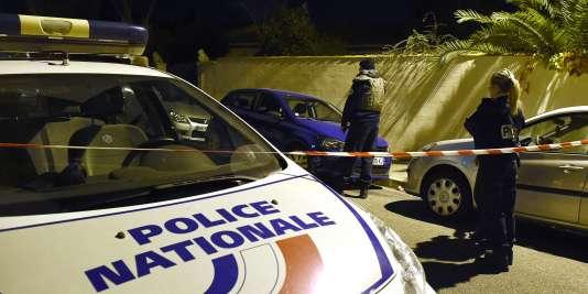 La police sécurise les lieux près de l'endroit où l'enseignant juif dit avoir été agressé, le 18 novembre 2015 à Marseille.