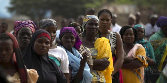 Electrices nigérianes  en attente d'une accréditation pour participer aux élections locales du 11 avril 2015 à Jalingo.