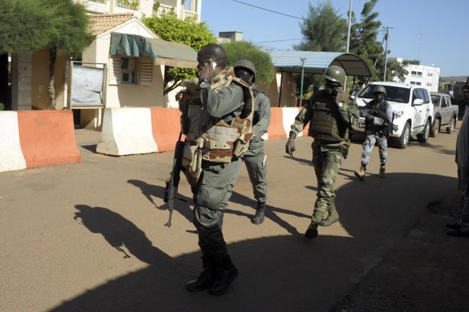 Forces de sécurité en action autour de l'hôtel Radisson, le 20 novembre à Bamako.